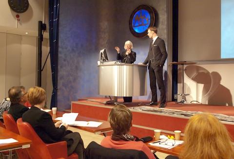 Lennart Ploom diskuterar med Marie Mornier Jansson.